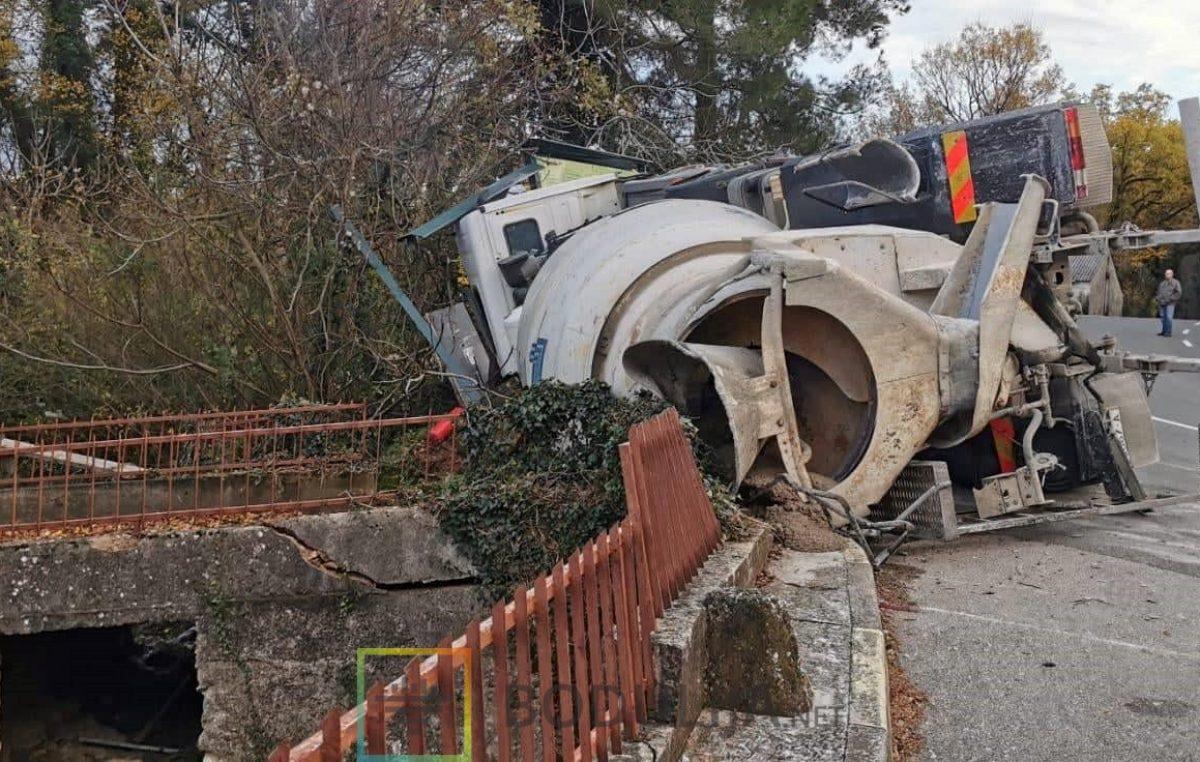 Vatrogasci skoro 4 sata izvlačili vozača prevrnutog miksera u Dobrinju, bio je prikliješten iznad provalije