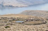 """FOTO U mrgarima iznad Baške postavljene """"Kapi"""" – jedinstvene skulpture čileanskog autora"""