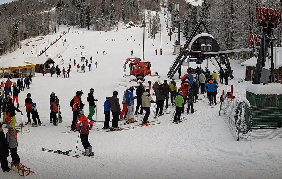 Skijaši okupirali Platak, gužva i na delničkom Klizalištu