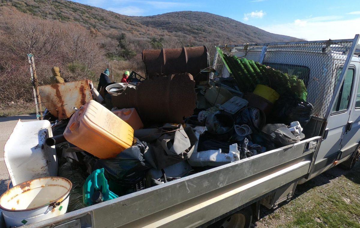 Buri i minusima unatoč, vrijedni volonteri očistili Punat od krupnog otpada