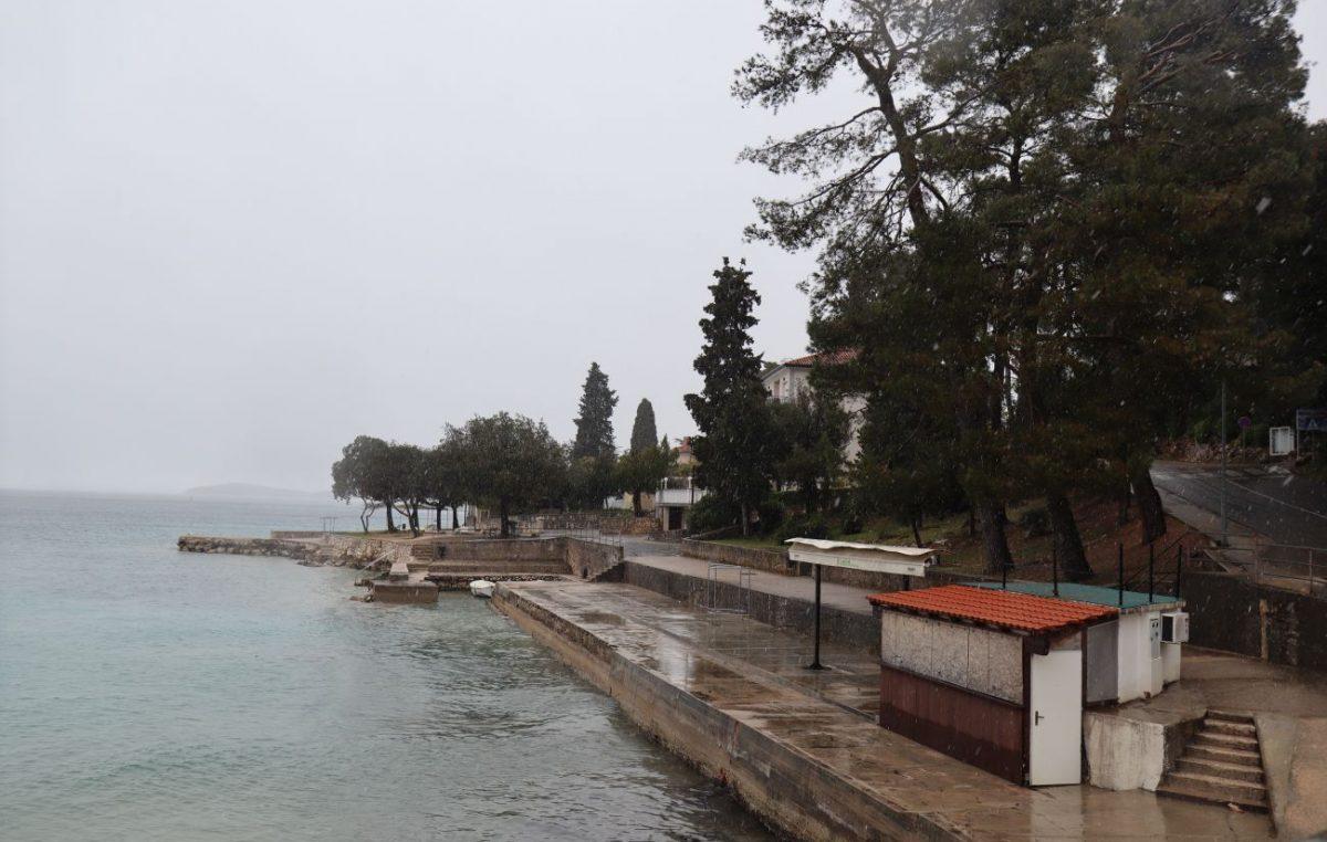 VIDEO Na gotovo cijelom otoku Krku pada snijeg, slijede minusi i olujna bura