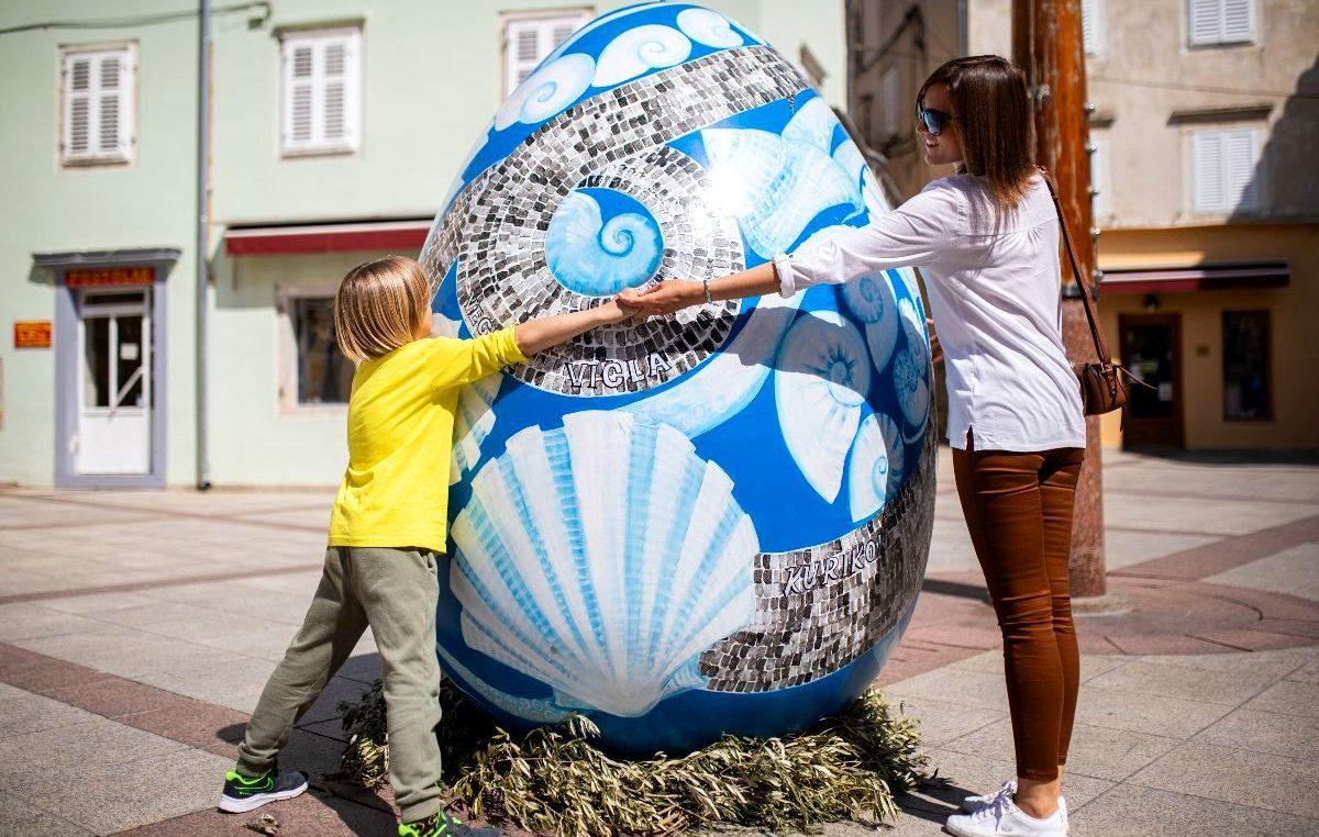 Umjetnička pisanica u središtu grada Krka kao šarena čestitka povodom Uskrsa