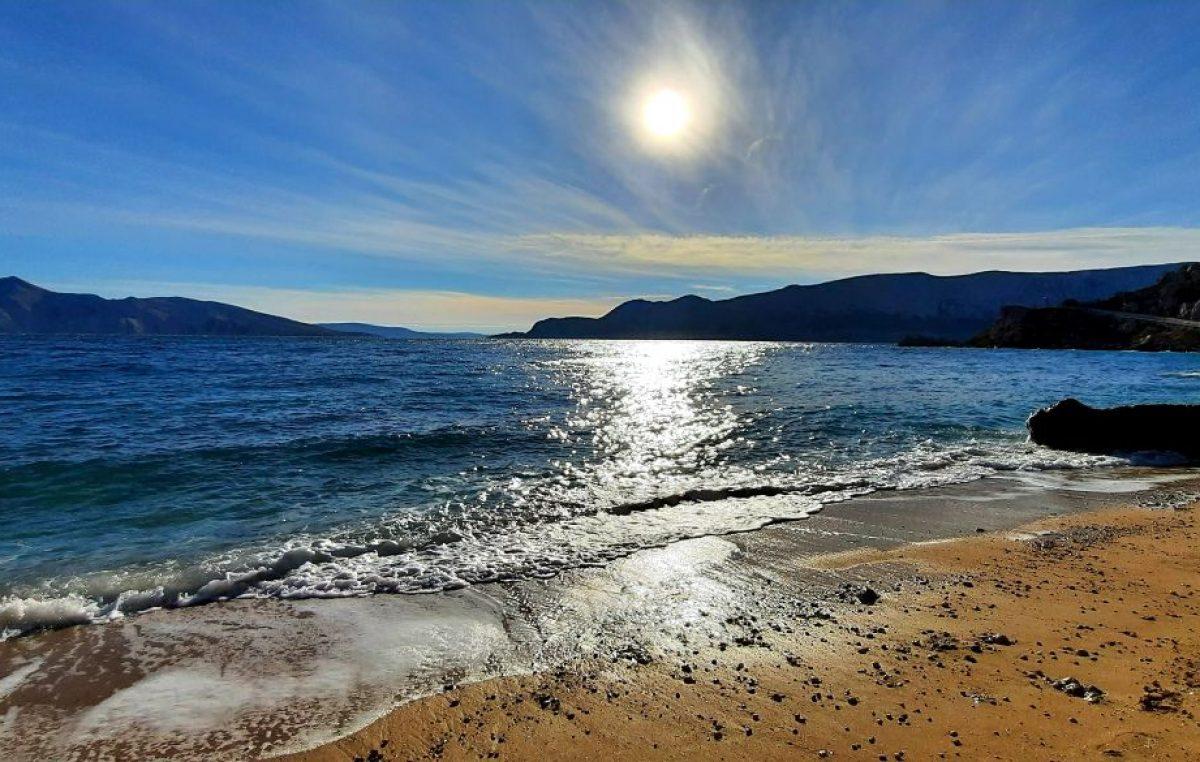 Najnovi rezultati ispitivanja: Kvaliteta mora na svim krčkim plažama je izvrsna, a temperature su oko 27 stupnjeva