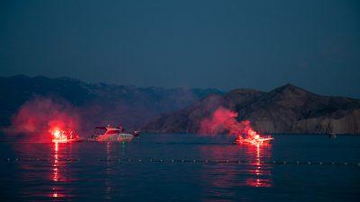 FOTO/VIDEO Tradicionalni Ribarski dan u Baški započeo bakljadom s brodica, večeras povorka mještana i vatromet