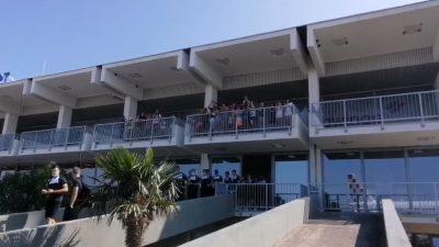 """VIDEO """"Ovo ima samo na Zračnoj luci Rijeka"""": Navijači bučno ispratili igrače Rijeke na putu za Maltu"""