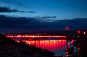 """FOTO/VIDEO 222 baklje za 222 ugašena života: Oluja na Kvarneru 2021. ponovo """"zapalila"""" Krčki most"""