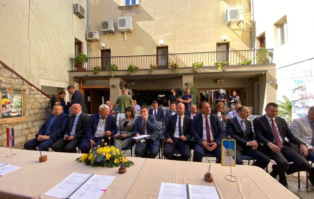 Na Rabu potpisani ugovori za rekonstrukciju luke vrijedni 37,3 milijuna kuna, na Krku u tijeku dosad najveći investicijski ciklus