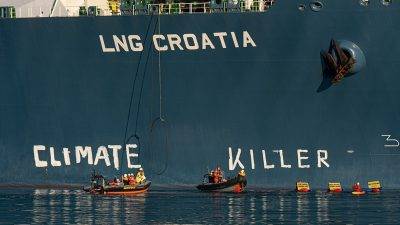 "Aktivisti Greenpeacea na LNG brodu u Omišlju ispisali natpis ""climate killer"""